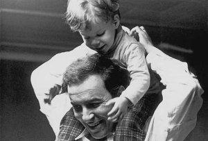 Joao Gilberto et son enfant sur les épaules